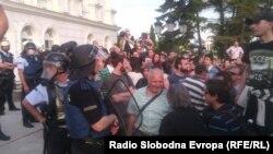 Демонстрантите во дворот на Владата.