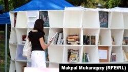Көшпелі кітапхана. Алматы, 12 шілде 2012 жыл.