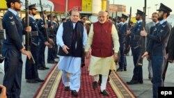 Пәкістан премьер-министрі Наваз Шарифтің (сол жақта) Үндістан премьер министрі Нарендра Модиді (оң жақта) күтіп алған сәті. Пәкістан, Лахор әуежайы, 25 желтоқсан 2015 жыл. (Көрнекі сурет)