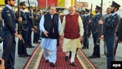 Премьер-министр Пакистана Наваз Шариф (слева) и премьер-министр Индии Нарендра Моди в аэропорту Лахора, Пакистан. 25 декабря 2015 года.