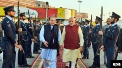 نارندرا مودی، نخست وزیر هند (راست) در فرودگاه لاهور با استقبال نواز شریف، همتای پاکستانیاش، روبرو شد.