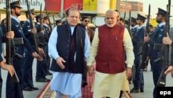 Pamje nga takimi i sotëm Sharif - Modi (majtas)