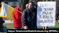 Активіст тримає плакат під час акції «Ні Мінській зраді!». Львів, 14 березня 2020 року