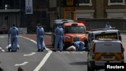 ماموران در حال بازرسی محل حمله بر پل لندن