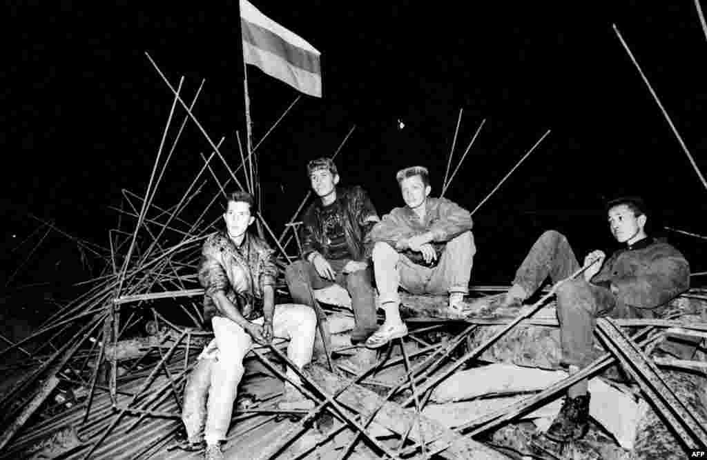 Молодые люди на баррикадах, возведенных у Белого дома в центре Москвы. 20 августа 1991 года