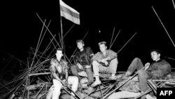 Молодые люди сидят на баррикадах в центре Москвы во время путча 20 августа 1991 года.