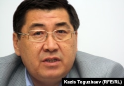 Оппозиционный журналист Ермурат Бапи выступает на пресс-конференции по судам по событиям в Жанаозене и Шетпе. Алматы, 23 апреля 2012 года.