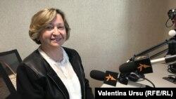 Elena Drăgălin în studioul Europei Libere la Chișinău