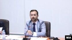 Предлогот не доби мнозинство гласови, па претседателот на собраниската Комисија, Илија Димовски, ја прекина расправата по таа точка