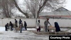 Жалғыз құдықтың басында су алуға кезекке тұрған жұрт. Оңтүстік Қазақстан облысы Төлеби ауданы Ақжар ауылы, 18 қаңтар 2013 жыл.
