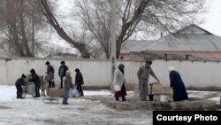 Жители села Акжар в Южно-Казахстанской области набирают воду из единственного в селе источника. 18 января 2013 года.