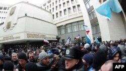 Мітинг під стінами кримського парламенту. Сімферополь, 26 лютого 2014 року