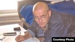 """Өзбекстандын түрмөлөрүнүн биринде 2002-жылдан бери жаткан орус-израил жарандыгы бар ишкер Валерий Парижерге дагы 5 жылдык жаза кошулуп, """"Жаштык"""" түрмөсүнө жөнөтүлдү."""