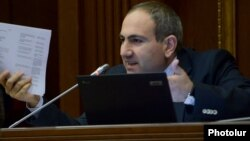 Никол Пашинян во время заседания парламента (архив)