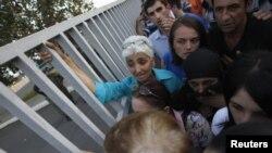 """Желающих избавиться от клейма """"судимость"""" оказалось немало – 18 тысяч человек. Сегодня у президентской резиденции в Тбилиси образовалась длинная очередь желающих получить соответствующее подтверждение о помиловании"""