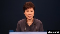 Бывший президент Южной Кореи Пак Кын Хе приносит публичные извинении в телеобращении к стране