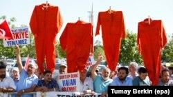 Протест против уапсените војници кои учествуваа во неуспешниот обид за воен удар во Турција пред затворот Синчан на 1 август 2017