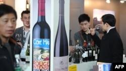 Китай является не только пятым в мире потребителем вин, но и шестым по объемам их производителем. На ярмарке средиземноморских вин в Шанхае, февраль 2013 года