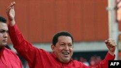 چاوز در حالی که روی پیراهنش نوشته شده «آری» در جمع هوادارانش سخنرانی کرد.