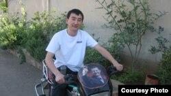 Президент Башар ал-Асад (мотоциклге тагылган сүрөттө) Сирияны атасы экөө 41 жылдан бери башкарып келатат. Мотоциклде отурган Инаш Азим уулу, 2009-ж.