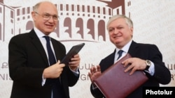 Armenia - Foreign Ministers Edward Nalbandian (R) of Armenia and Hector Marcos Timerman of Argentina sign an agreement in Yerevan, 4Sept2012.