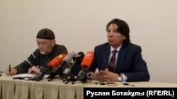 Бывший заместитель председателя правления Жаксылык Жаримбетов (справа) дает пресс-конференцию в Астане. 30 января 2017 года.
