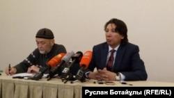Бывший заместитель председателя правления БТА Банка Жаксылык Жаримбетов (справа) со своим адвокатом Нурланом Устемировым на пресс-конференции в Астане. 30 января 2017 года.