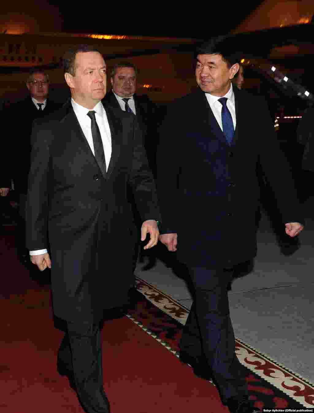 Премьер-министра России Дмитрия Медведева в аэропорту встретил первый вице-премьер-министрМухамметкалый Абулгазиев.
