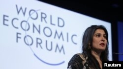 Pakistanlı jurnalist və rejissor Sharmeen Obaid-Chinoy ənənəvi Dünya İqtisadi Forumunda mükafat alandan sonra çıxış edir, 22 yanvar