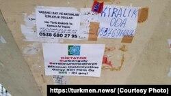 Listowkalar türkmen we rus dillerinde geçelgelere, binalara we bildiriş tagtalaryna asylypdyr.