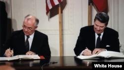 Președintele Reagan și Mihail Gorbaciov semnează Tratatului de eliminare a rachetelor nucleare cu rază medie şi mică de acţiune din Europa