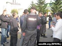 Полицейские проверяют документы у поситителей мечети в Москве.
