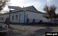 Әйтеке би кентіндегі170-мектептің ескі ғимараты. Қызылорда облысы, Қазалы ауданы, 18 қазан 2014 жыл.