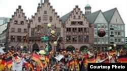 Так сборную Германии встречали по возвращении с прошлого чемпионата мира. Чтобы доставить столько же радости своим поклонникам в этот раз, немецкие футболисты должны существенно усилить свою игру
