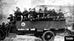Отряд красногвардейцев у здания Смольного перед отправкой на выполнение боевого задания Военно-революционного комитета. Петроград, 25 октября 1917 года