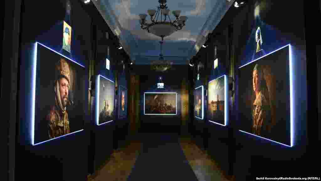 Всі фотографії на виставці підсвічені футуристичним блакитним світлом. І над кожною роботою висить оригінал, яким надихався фотограф
