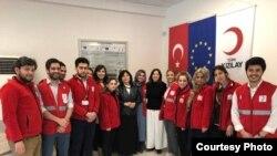 Салтанат Абдыжапарова вместе с сотрудниками Красного Полумесяца Турции.