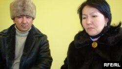 Сәуле Бапаева мен Нұрлыбай Ашықбаев екінші сараптама қортындысын алғандарын айтып отыр. Атырау, 15 қаңтар 2010 жыл.