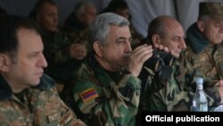 Nagorno-Karabakh - Armenian President Serzh Sarkisian (C) watches a military exercise, 2Nov2017.