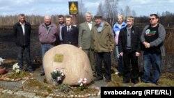 Мікалай Малахаў разам з аднапартыйцамі ў чарнобыльскай зоне (Малахаў чацьвёрты справа, у кепцы)