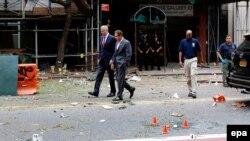 Zyrtarët e Nju Jorkut Bill de Blasio (majtas) dhe Andrew Cuoma gjatë vizitës në vendin e shpërthimit në Çelzi (Menhetën)