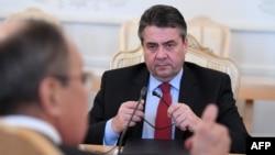 Njemački šef diplomacije Sigmar Gabriel (D) na sastanku sa Sergejom Lavrovim u Moskvi 9.marta