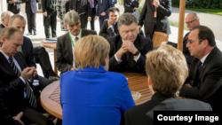 «Նորմանդական քառյակի» պետությունների ղեկավարները՝ Գերմանիայի կանցլեր Անգելա Մերկելը, Ֆրանսիայի, Ռուսաստանի և Ուկրաինայի նախագահներ Ֆրանսուա Օլանդը, Վլադիմիր Պուտինը և Պետրո Պորոշենկոն հանդիպում են Փարիզում, 2-ը հոկտեմբերի, 2015թ․