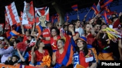 Ֆուտբոլային երկրպագուները «Եվրո - 2012»-ի ընտրական փուլի Հայաստան - Մակեդոնիա հանդիպման ժամանակ, Երեւան, 7-ը հոկտեմբերի, 2011թ.