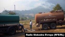 Cisterne za vodu koje dopunjavaju druge manje cisterne koje gase požar, foto: Mirsada Ćosić
