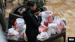 Жителка на Скопие се връща от пазар. Правителството замразици цените на основни продукти