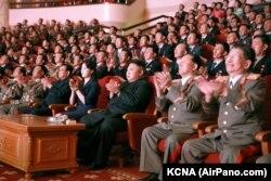 Лідэр Паўночнай Карэі Кім Чэн Ын і яго жонка Лі Соль Чжу (у цэнтры) у тэатры
