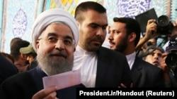 Кандидат в президенты Ирана Хасан Роухани голосует за себя на избирательном участке. Тегеран, 19 мая 2017 года.