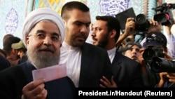 Хасан Роухани (слева) на избирательном участке в Тегеране. 19 мая 2017 года.