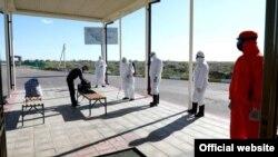 Проверка освобожденных узбекистанцев. Фото с сайта МВД.
